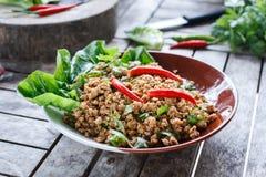 Thailändischer Lebensmittelgrundschweinefleischsalat oder würziger gehackter Schweinefleischsalat Stockbilder