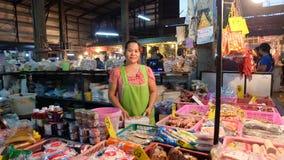 Thailändischer Lebensmittelhändler im Lebensmittelmarkt Frau Stockbilder