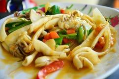 Thailändischer Lebensmittelname Aufruhr Fried Squid mit Curry und gesalzenen Eiern Lizenzfreie Stockfotos