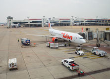 Thailändischer Lion Air Plane gelandet bei Don Mueang International Airport Stockfotografie