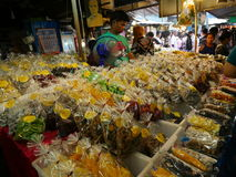 Thailändischer lokaler Markt, Schalentieressiggurke, trockene Frucht, gebackene Frucht, Pilze und mehr stockfoto