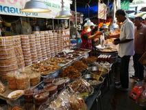 Thailändischer lokaler Markt, Schalentieressiggurke, trockener Kalmar, Garnelen, Schweinefleisch, Fische, Pilze und mehr lizenzfreie stockbilder