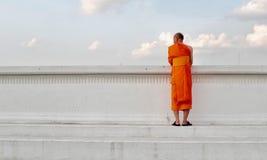 Thailändischer Mönch steht die Seite des Flusses bereit Stockbild