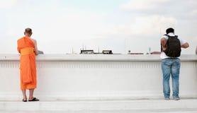 Thailändischer Mönch steht die Seite des Flusses bereit Lizenzfreie Stockbilder