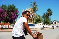 Thailändischer Mann des Reisenden an Xiengthong-Tempel in Luang Prabang Lizenzfreie Stockfotografie