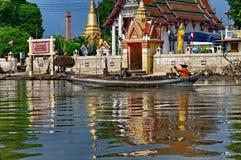 Thailändischer Mann im Longboat Stockfoto