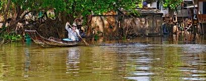 Thailändischer Mann im Longboat Stockfotos