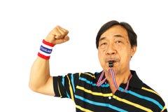 Thailändischer Mannschlag eine Pfeife und eine Faust Stockbilder