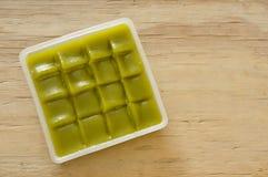 Thailändischer Nachtisch des grünen Kuchens der Schicht süßen klebrigen auf Behälter stockfotos