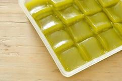 Thailändischer Nachtisch des grünen Kuchens der Schicht süßen klebrigen auf Behälter lizenzfreies stockbild