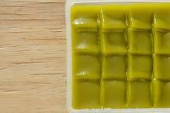 Thailändischer Nachtisch des grünen Kuchens der Schicht süßen klebrigen auf Behälter stockfotografie