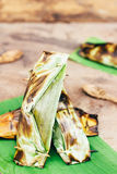 Thailändischer Nachtisch des Konfekts, schwarzer klebriger Reis mit Kokosmilch und babana, Grilled füllten den Klebreis an, der i Stockfoto
