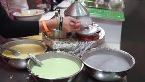 Thailändischer Nachtisch im Sirup im Markt Bangkok Thailand stock video