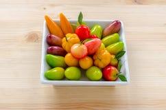 Thailändischer Nachtisch: köstliche nachgemachte Früchte auf dem hölzernen backgroun stockbilder