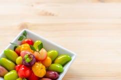 Thailändischer Nachtisch: köstliche nachgemachte Früchte auf dem hölzernen backgroun lizenzfreie stockfotografie