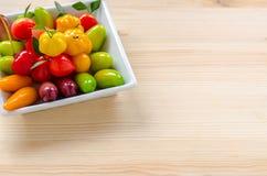 Thailändischer Nachtisch: köstliche nachgemachte Früchte auf dem hölzernen Hintergrund lizenzfreies stockfoto