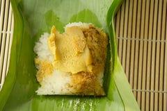 Thailändischer Nachtisch, klebriger Reis mit dem gedämpften Vanillepudding, eingewickelt in Banan Lizenzfreies Stockfoto