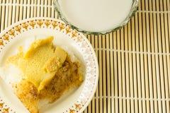 Thailändischer Nachtisch, klebriger Reis mit dem gedämpften Vanillepudding, eingewickelt in Banan Stockfotos
