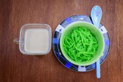 Thailändischer Nachtisch (Lod Chong) auf hölzerner Tabelle lizenzfreies stockfoto