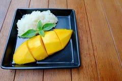 Thailändischer Nachtisch: Mango mit Belag des klebrigen Reises mit Kokosmilch Stockfoto