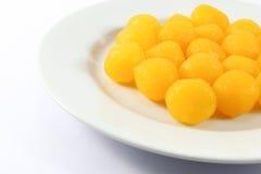 Thailändischer Nachtisch nannte Thongyod auf weißem Hintergrund Stockfoto