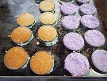 Thailändischer Nachtisch-süßer Kokosnuss-Kuchen, der auf Heizplatte kocht lizenzfreie stockfotografie