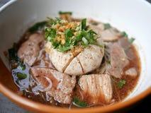 Thailändischer Noddle des riesigen Schweinefleischballs, der Schweinleber, des Schweinefleischdias und des vegeta lizenzfreie stockfotos