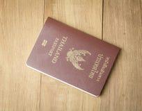 Thailändischer Pass auf hölzernem Hintergrund Stockbilder