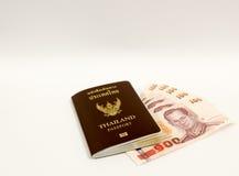 thailändischer Pass und thailändische Banknoten Stockbilder