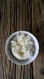 Thailändischer Reis auf altem Holz Lizenzfreie Stockfotografie