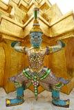 Thailändischer Riese um Goldpagode Stockfoto