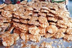 Thailändischer süßer knusperiger Reiskuchen mit Kranzucker, Nang gelassen für Verkauf an an sich hin- und herbewegendem Markt Wat Stockfoto