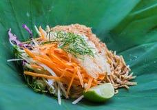 Thailändischer südlicher Reis-Salat mit Herb Vegetables auf Lotus-Blatt mit selektivem Fokus Lizenzfreies Stockfoto