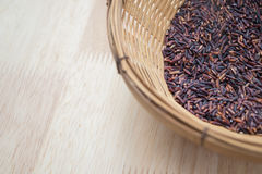 Thailändischer schwarzer Jasminreis u. x28; Reis berry& x29; im Bambuskorb Lizenzfreies Stockfoto