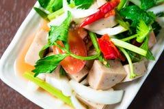 Thailändischer Schweinswurstsalat Stockfoto