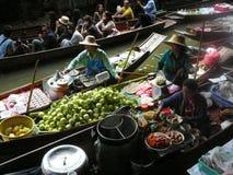 Thailändischer sich hin- und herbewegender Markt Damnoen Saduak, das ihre Waren verkauft Lizenzfreie Stockfotos