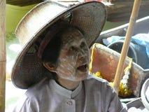 Thailändischer sich hin- und herbewegender Markt Damnoen Saduak, das ihre Waren verkauft Lizenzfreies Stockfoto