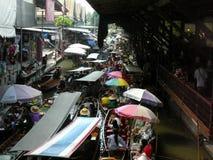 Thailändischer sich hin- und herbewegender Markt Damnoen Saduak, das ihre Waren verkauft Stockfotografie