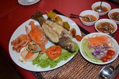 Thailändischer Teller der Meeresfrüchte mit Chili-Sauce und Salat stockfotografie