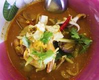 Thailändischer Teller ist die gelben Reisnudeln, die mit Tom Yum-Suppe überstiegen werden, die i stockfotografie