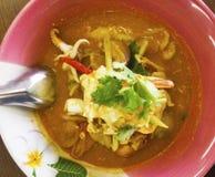 Thailändischer Teller ist die gelben Reisnudeln, die mit Tom Yum-Suppe überstiegen werden, die i lizenzfreies stockbild