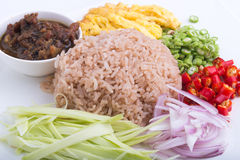Thailändischer Teller, Kao Kluk-kapi, Brauner/des Purpurs gebratener Reis Lizenzfreie Stockfotografie