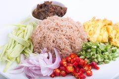 Thailändischer Teller, Kao Kluk-kapi, Brauner/des Purpurs gebratener Reis Stockfotografie