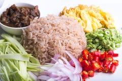 Thailändischer Teller, Kao Kluk-kapi, Brauner/des Purpurs gebratener Reis Stockbilder