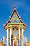 Thailändischer Tempel auf dem Hintergrund des blauen Himmels Stockfotografie