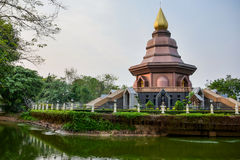 Thailändischer Tempel bei Sonnenuntergang, goldene Pagode, Südostasien, Thailand. lizenzfreies stockfoto