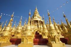 Thailändischer Tempel der goldenen Pagoden-500, Saraburi, Thailand Stockfotografie