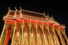 Thailändischer Tempel in der Nacht in Nonthaburi-Provinz, Thailand Lizenzfreies Stockbild