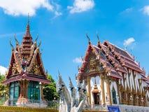 Thailändischer Tempel gegen blauen Himmel Stockfoto