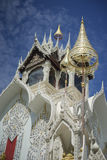 Thailändischer Tempel mit blauem Himmel und Wolken im Hintergrund, wat koi oder phra das cimplee Tempel in petchaburi Provinz, Th Lizenzfreie Stockfotos